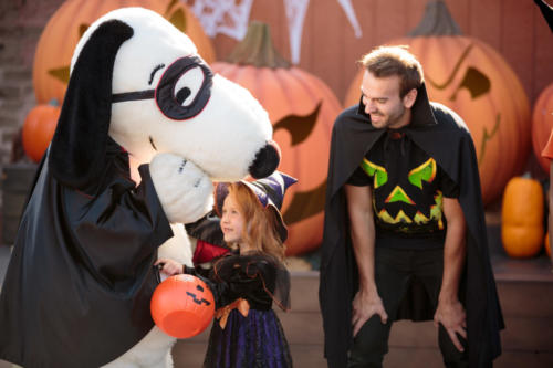 Spooky Farm Little Girl and Dad with Halloween Snoopy in front of pumpkins 2017